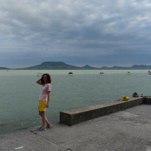 Ujvári Anna sárga rövid nadrágban a fonyódi strandon háttérben a Bakony